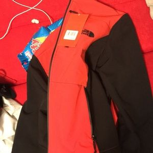North face jacket fits small but xl